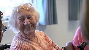 103-årige Sonja undgår ensomhed med banko: - Når man er så gammel, har man ikke så mange venner mere