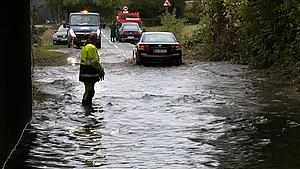 Se billederne: Kældre, viadukter og fodboldbaner står under vand