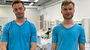 Hjalte og Oskar vil være sygeplejersker: - Folk går ud fra, at vi er lægestuderende