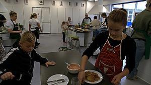 Alberte og Sofus lærte nye tricks på Madspildskolen: - Det gør noget godt for Jorden