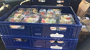 Store mængder mad: Kræmmermarked forærer overskud til hjemløse