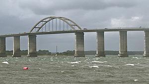 Med politiet i hælene: Vanvidsbilist over bro med 170 kilometer i timen